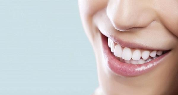 فاصله دندان که رفع شده و لبخندی زیبا به آن بخشیده است