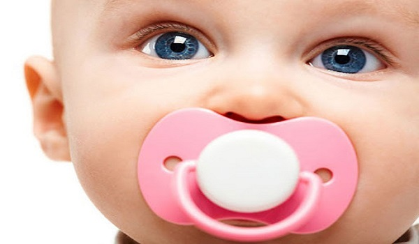 مکیدن زیاد نوزادان از عادات بد که باعث خرابی دندان ها