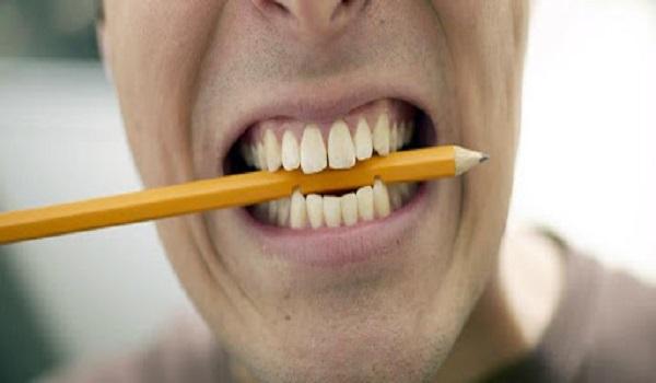 هنگام درس خواندن مداد را نجوید! خرابی دندان