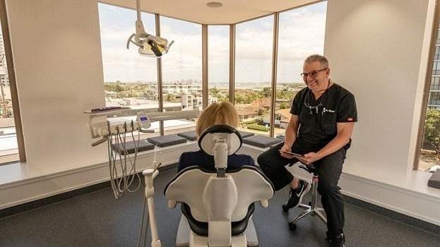 متخصص ایمپلنت کسی است که دوره تخصص را بعداز دندان پزشکی عمومی بگذراند.