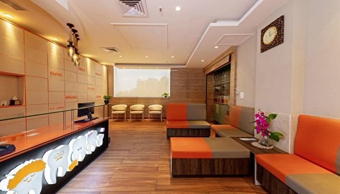 یک کلینیک دندانپزشکی شامل بخش های مانند اتاق انتظار، اتاف پزشک و ... است